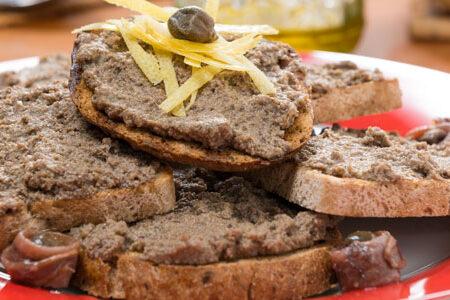 Crostini toscani caldi con salsiccia toscana cruda